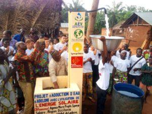 Inauguration de la borne-fontaine reliée à la pompe solaire à Adélomi, novembre 2018 - Source: AEV